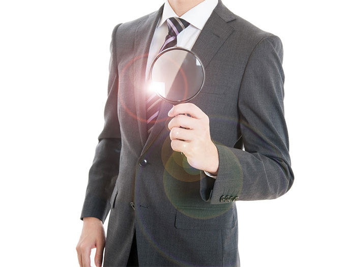拡大鏡を持った男性